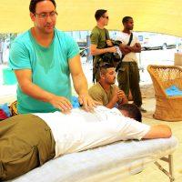 מטפל בחייל עם כאבי גב.jpg